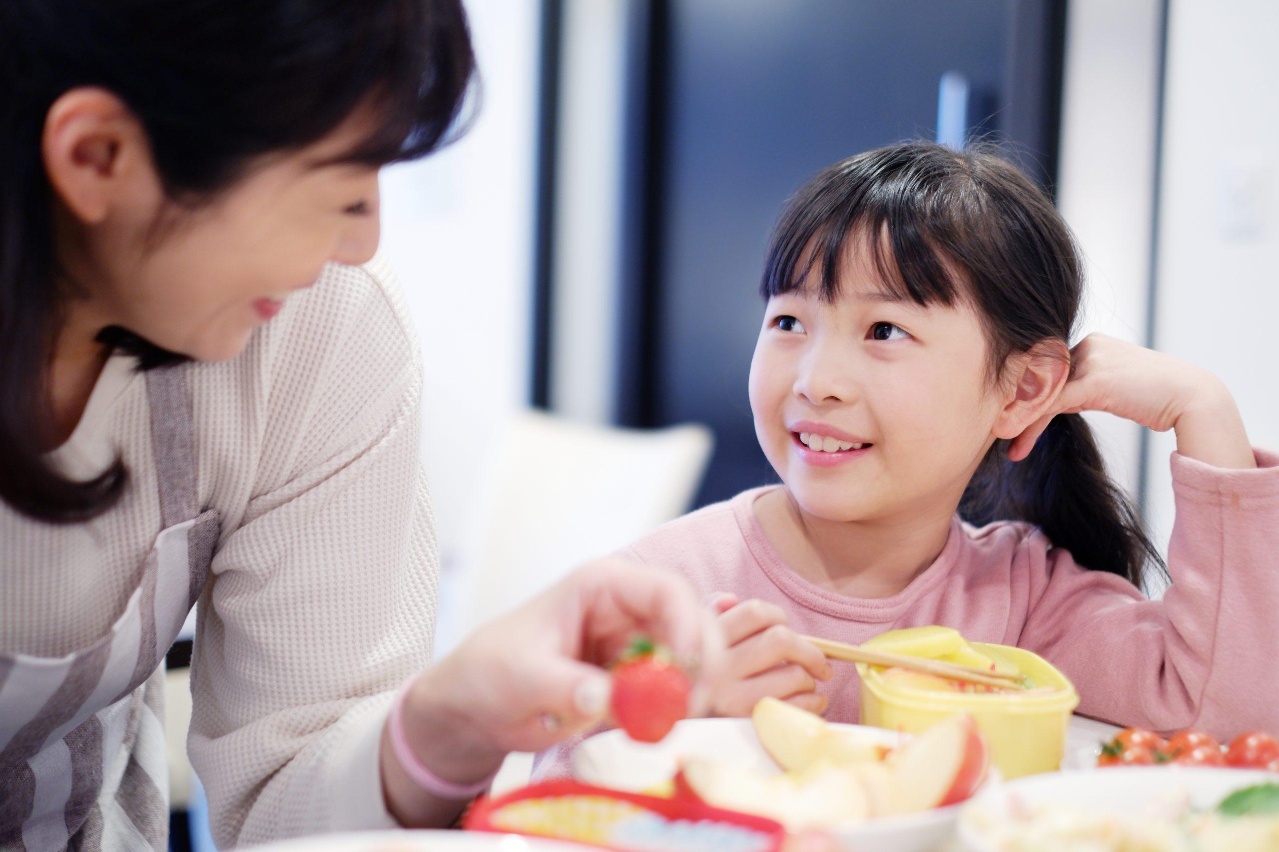 親子の食事写真