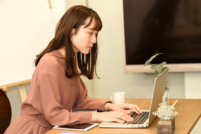 在宅で仕事をする女性