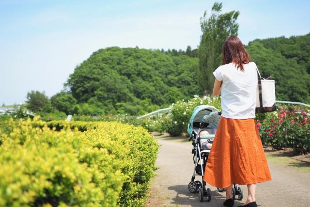 夏に赤ちゃんと散歩